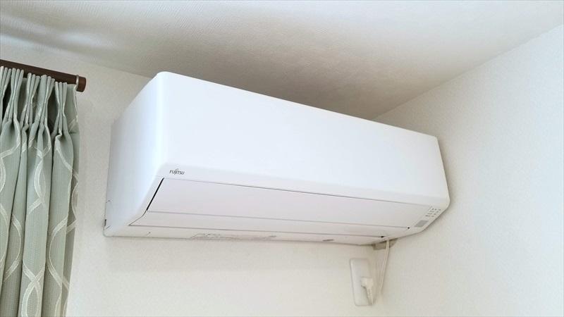 エアコンの室内機とカーテン