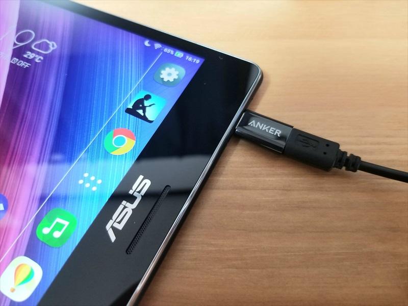 Type-C変換アダプターを使用して充電中のZenPad S 8.0